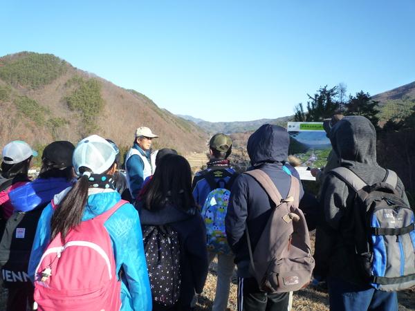 板山露頭の展望台から中央構造線の谷を見学