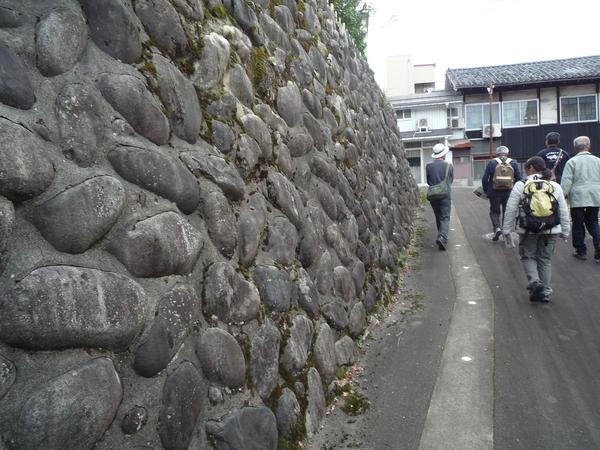 勝山市の街中にある段丘崖