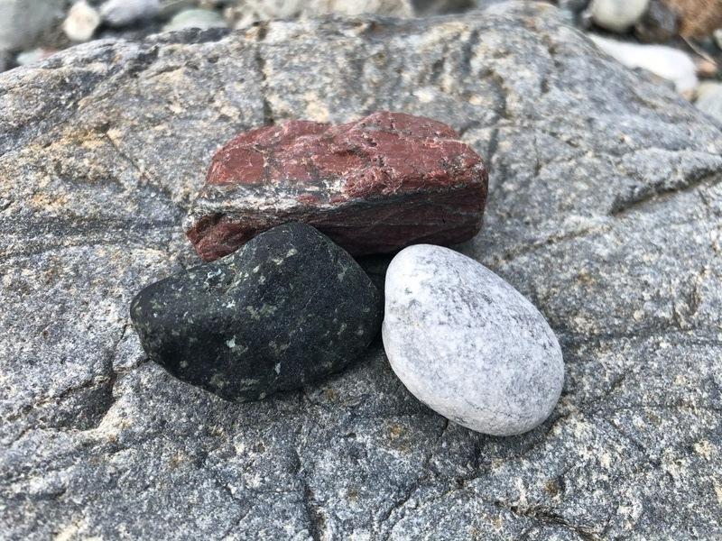 河原でお気に入りの石探し