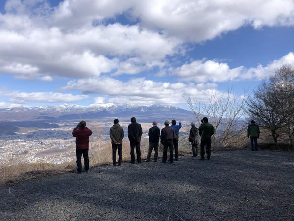 杖突峠から八ヶ岳展望とフォッサマグナの説明を受ける
