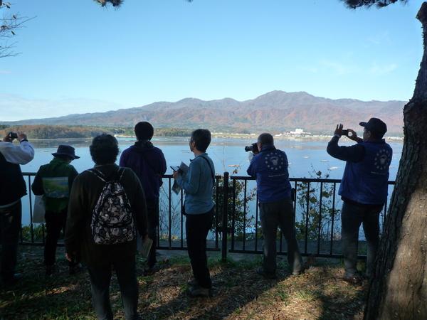 展望台より金北山と加茂湖を眺める