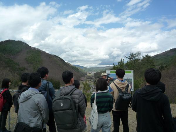 板山露頭展望台より中央構造線の谷を見学